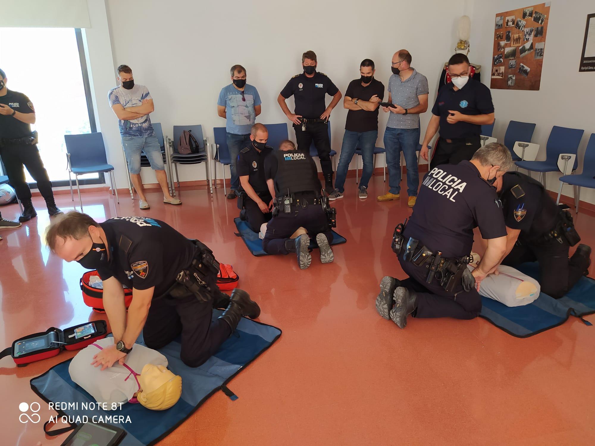Los agentes operativos de la Policía Local participan en una formación interna en primeros auxilios sanitarios